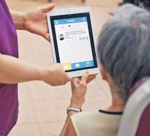長者透過「老友所醫」流動應用程式找到鄰近醫生,作視像或上門診症服務