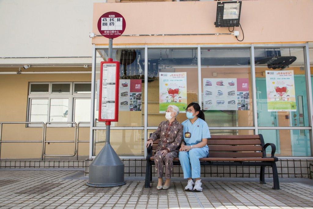 九巴特製兩個巴士站牌贈送給明愛兩間長者服務單位,協助院方進行治療訓練。