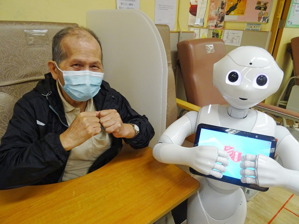 救世軍引入智能機械人,為長者製造更多生活樂趣。
